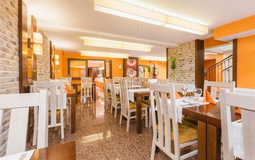 Reštaurácia alebo iné gastronomické zariadenie v ubytovaní Domus Mater Hotel