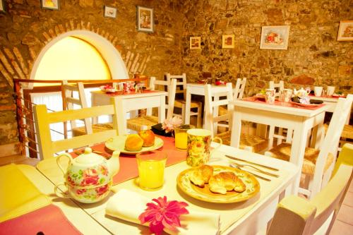 A restaurant or other place to eat at Hotel La Mision