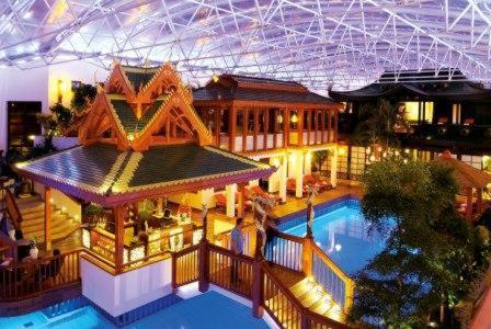 Ein Blick auf den Pool von der Unterkunft Bäder Park Hotel Sieben Welten Therme & Spa Resort oder aus der Nähe
