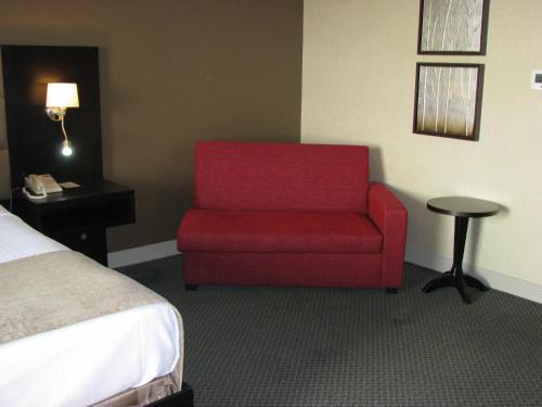 A seating area at Crowne Plaza Gatineau-Ottawa, an IHG Hotel