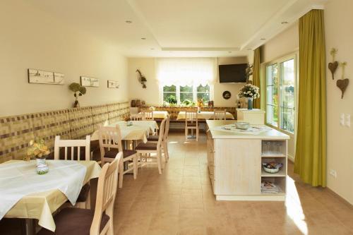 Ein Restaurant oder anderes Speiselokal in der Unterkunft Weingut Sommerhof
