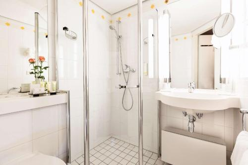 A bathroom at Best Western Premier Grand Hotel Russischer Hof