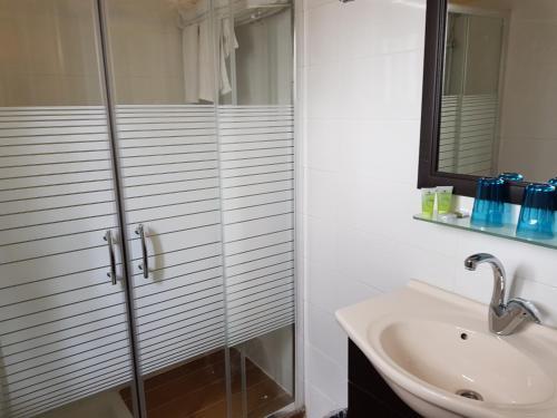 Een badkamer bij A Little House In Rechavia
