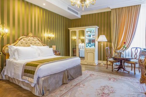 A bed or beds in a room at Hotel Ai Cavalieri di Venezia