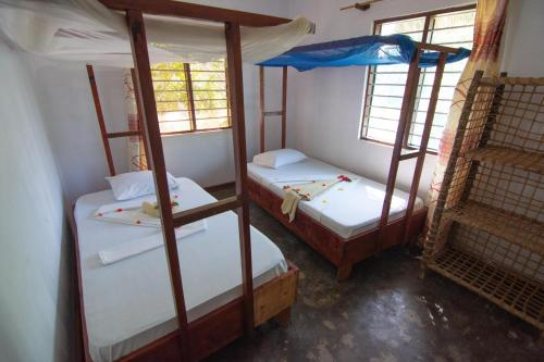 سرير بطابقين أو أسرّة بطابقين في غرفة في Pakachi Beach Hotel & Resort