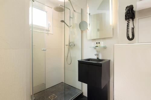 A bathroom at Le Relais du Marais