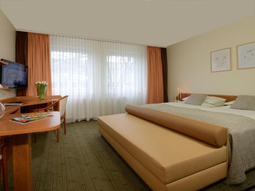 A bed or beds in a room at Hotel Residenz Oberhausen