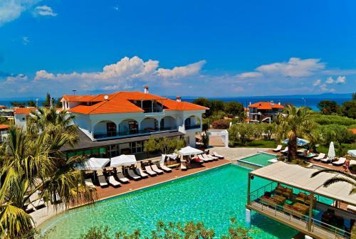 Uitzicht op het zwembad bij Flegra Palace of in de buurt