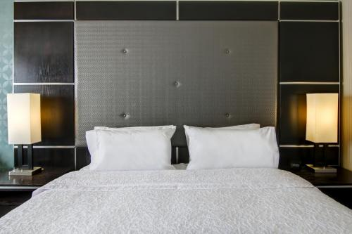 A bed or beds in a room at Hampton Inn & Suites by Hilton Calgary-Airport