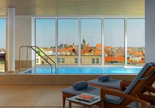 The swimming pool at or close to Sheraton Carlton Nuernberg