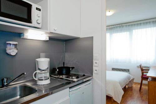 Кухня или мини-кухня в Séjours & Affaires Lyon Saint-Nicolas