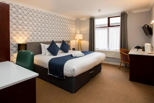 A bed or beds in a room at Draycote Hotel And Whitefields Golf Course