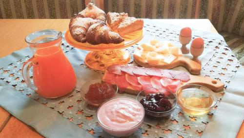 Breakfast options available to guests at Hotel Tomei