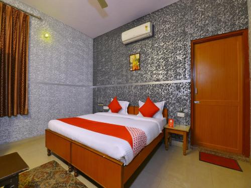 A bed or beds in a room at Hotel Braj Haveli