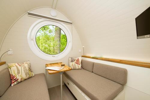 Ein Sitzbereich in der Unterkunft Glamping Resort Biosphäre Bliesgau