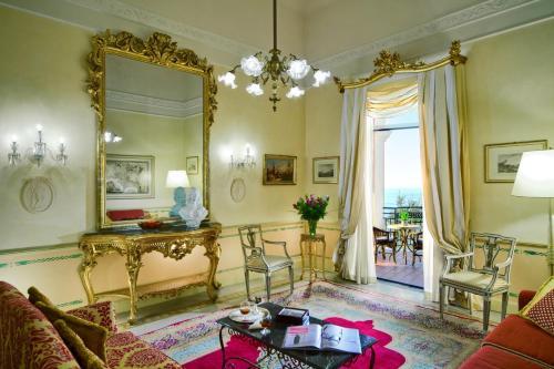 Coin salon dans l'établissement Grand Hotel Excelsior Vittoria