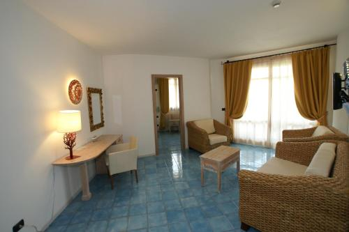 A seating area at Hotel Resort & Spa Baia Caddinas