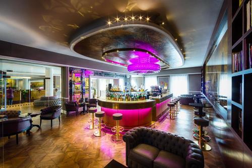 De lounge of bar bij Plaza Hotel Lucchesi