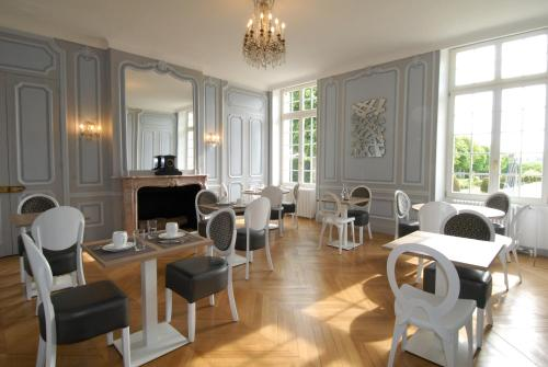 A restaurant or other place to eat at Domaine de Bayeux