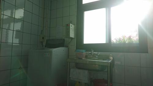 A bathroom at Zhu Feng Hotel