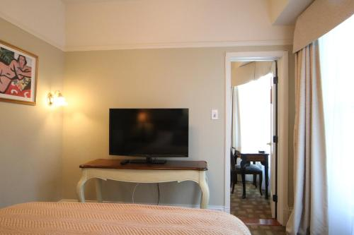 A television and/or entertainment centre at Cornell Hotel de France
