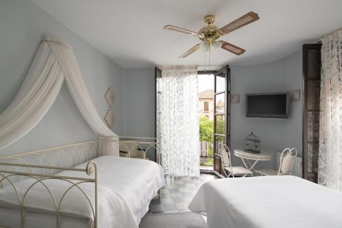 A bed or beds in a room at Pensión Venecia Gomérez