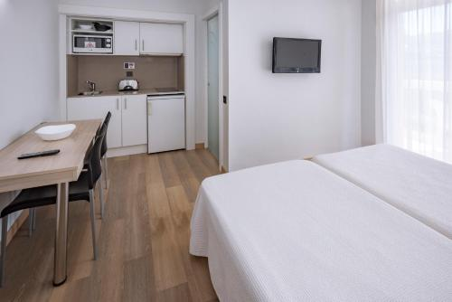 Een bed of bedden in een kamer bij Aparthotel Marinada