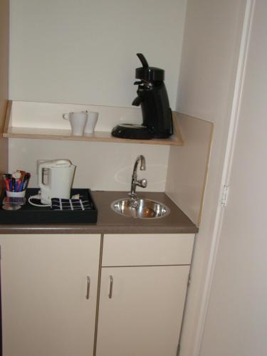 A kitchen or kitchenette at Hotel de Tabaksplant