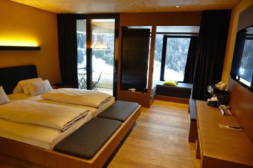 Een bed of bedden in een kamer bij Gradonna Mountain Resort Chalets & Hotel