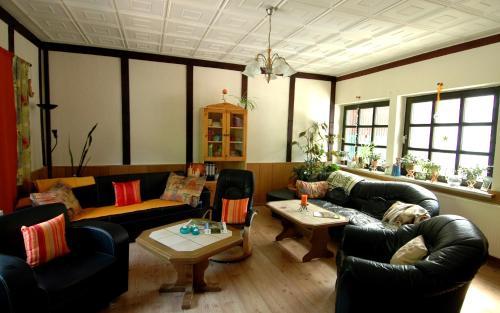 Ein Sitzbereich in der Unterkunft Wiedaer Hütte