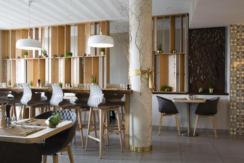 A restaurant or other place to eat at James Boutique Hôtel Colmar centre