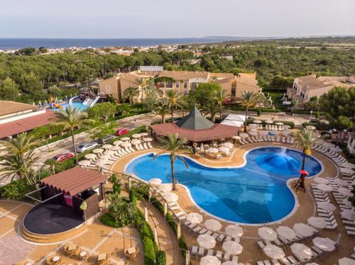Uitzicht op het zwembad bij Zafiro Menorca of in de buurt