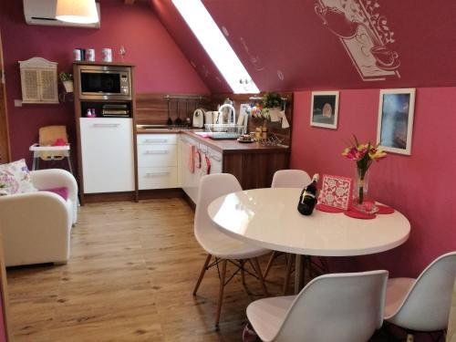 A kitchen or kitchenette at Apartament Hawrań Murzasichle