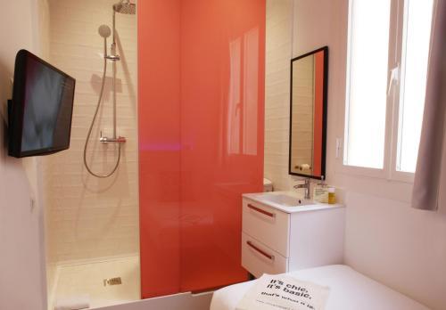 A bathroom at Chic & Basic Tallers Hostal