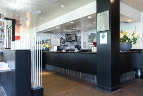 De lobby of receptie bij Bastion Hotel Amsterdam Amstel