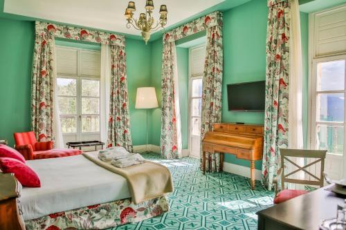 A bed or beds in a room at Palacio Urgoiti