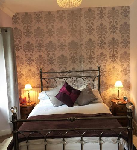 A bed or beds in a room at Ravensmede Cottage B&B