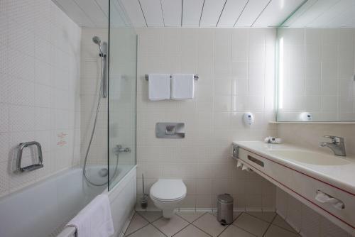 A bathroom at Park Inn by Radisson Lübeck