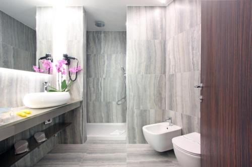 A bathroom at The Hive Hotel