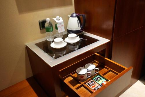 Coffee and tea-making facilities at Maixinge Boutique Hotel Chuansha Branch