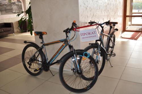 Катание на велосипеде по территории АМАКС Отель Омск или окрестностям