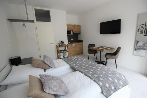 A bed or beds in a room at Aparthotel Gartenstadt