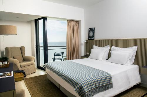 Cama ou camas em um quarto em Memmo Baleeira - Design Hotels