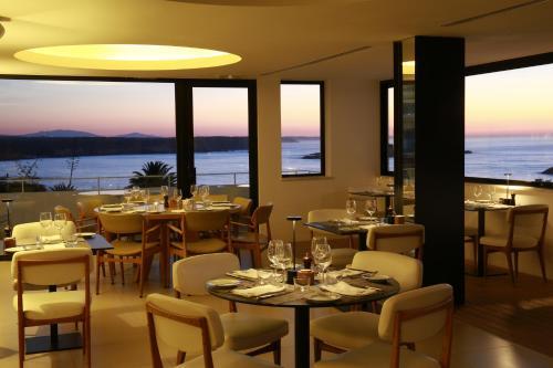 Um restaurante ou outro lugar para comer em Memmo Baleeira - Design Hotels