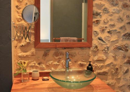 A bathroom at Chambres d'Hôtes Léone Haute