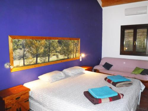A bed or beds in a room at Tantaka - Albergue Los Meleses