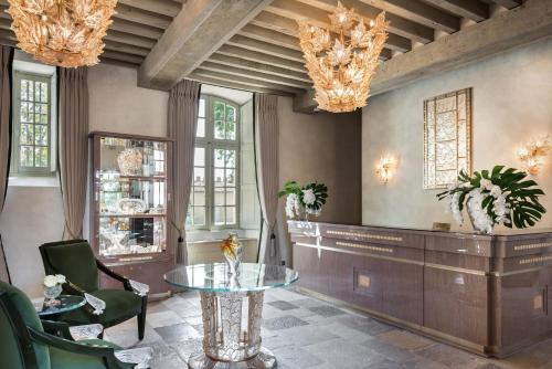 The lobby or reception area at Château Lafaurie-Peyraguey Hôtel & Restaurant LALIQUE