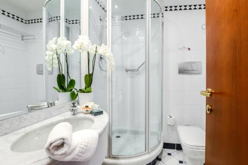 A bathroom at Hotel Bologna Airport