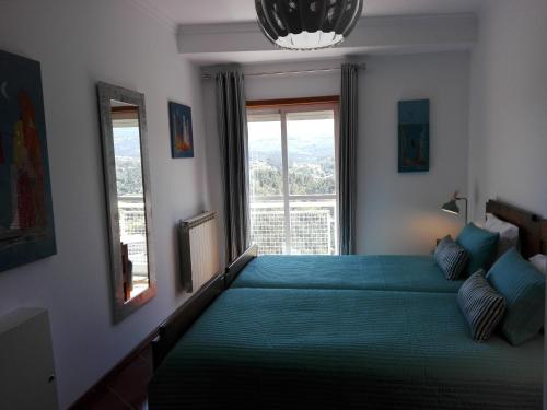 A bed or beds in a room at Apartamento Montes e Vales no Centro
