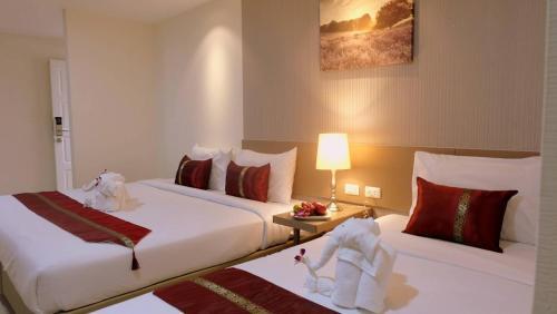 เตียงในห้องที่ Baron Residence Bangkok